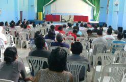 Monseñor José Luis Astigarraga, obispo del Vicariato Apostólico de Yurimaguas, exhortándo a la asamblea a dar todo de sí para que lleguemos a la cima de la aobediencia al Espíritu y de la Fraternidad