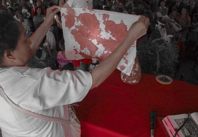 Durante o velório religiosa mostrou pedaço da roupa com sangue de Dorothy (Foto: Alberto César Araújo (2005))