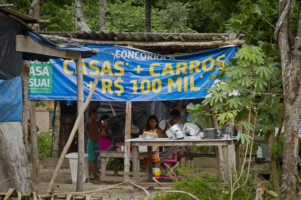 Indians use wood scraps and tracks in shacks (Photo: Alberto Cesar Araujo / AmReal)