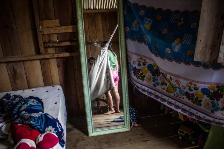 A menina fica reclusa na rede sob cuidados das tias e mãe. (Foto: Gabriel Uchida/Amazônia Real)
