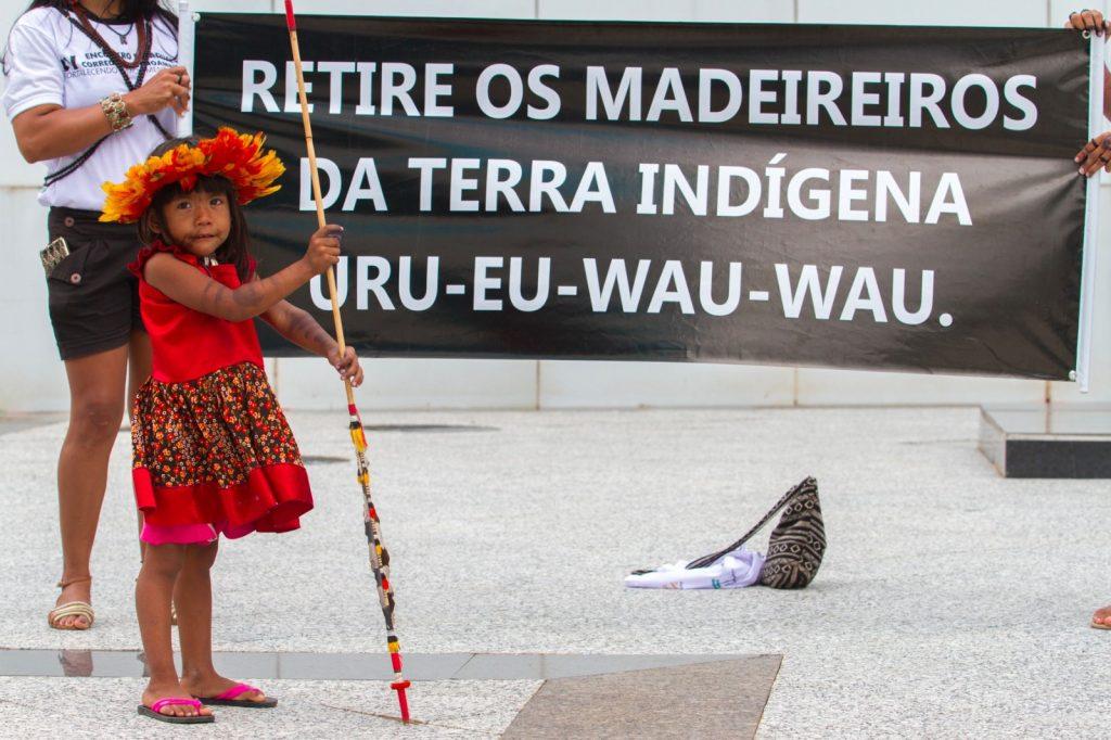 Cartaz de protesto dos Uru-Eu contra invasão Foto: Kanindé)