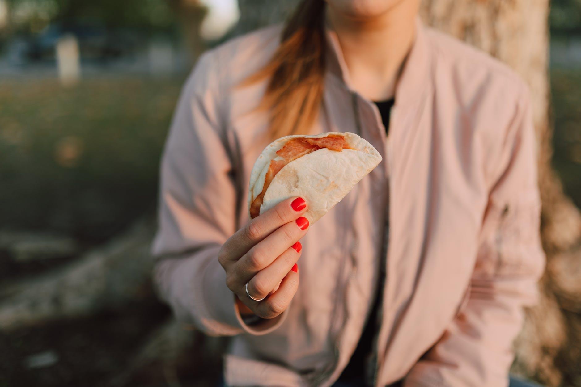 Takosi sa svinjetinom u meksičkom stilu (Tacos Al Pastor)  bread food healthy man
