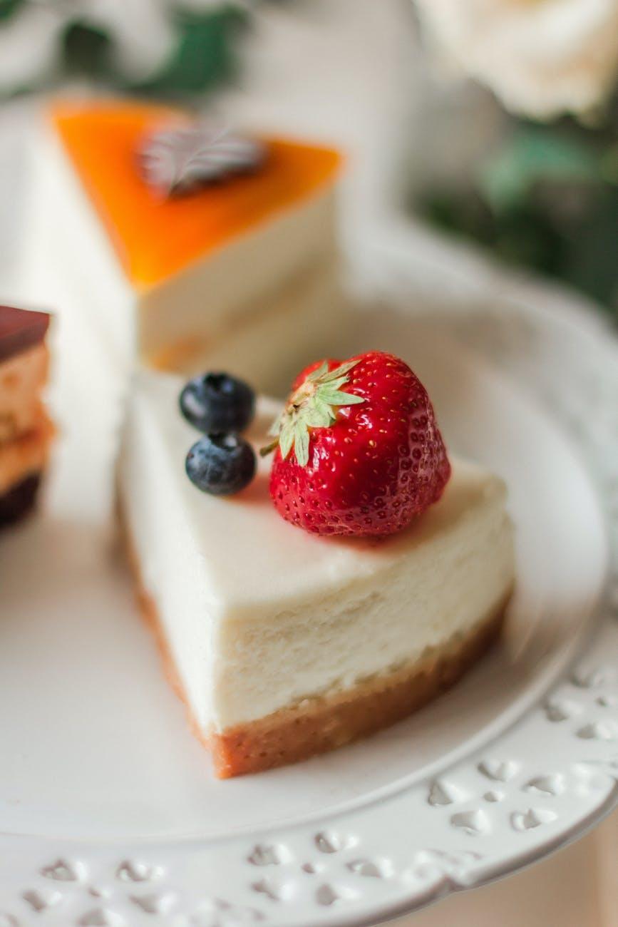 zdravi proljetni cheesecake  piece of cake with berries