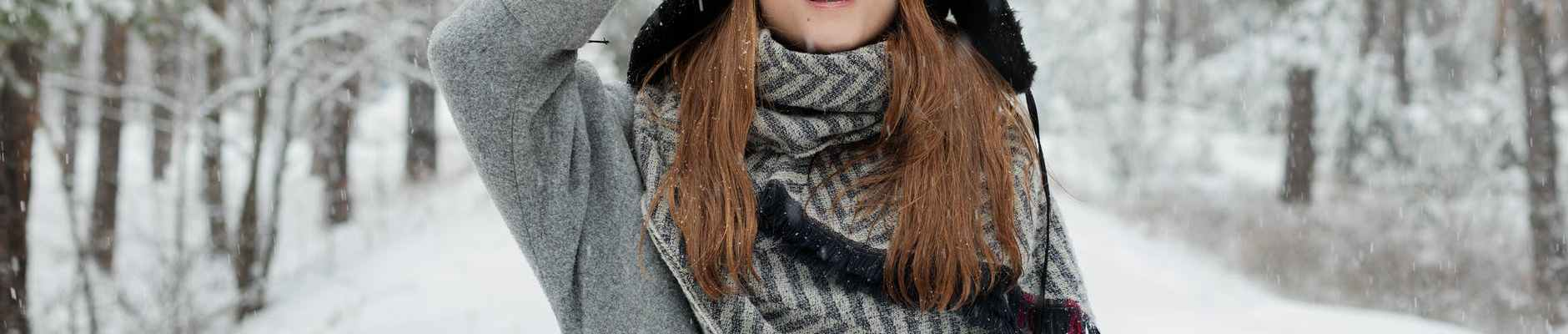 Nekim znakovima retrogradni Merkur napravit će pravi darmar, woman in grey coat holds cap and stands in the middle of snow covered ground