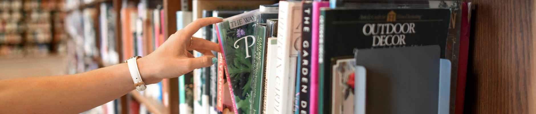 Znati vs. razumjeti - glavne razlike između knjiške pameti i istinske inteligencije, person holding book from shelf