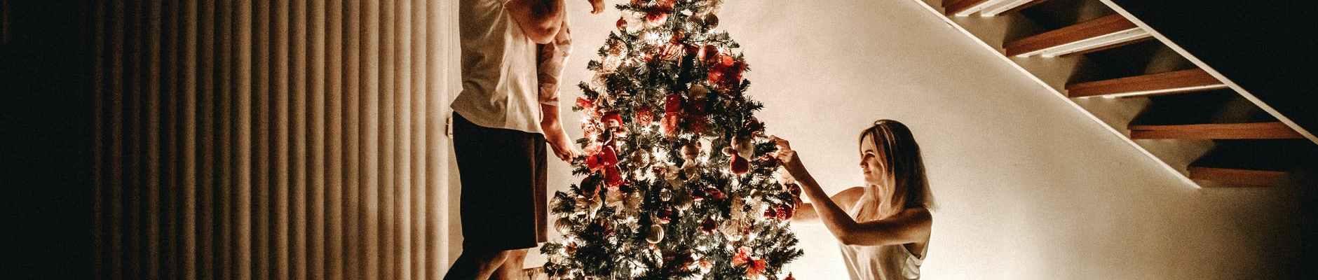 Ne traži dalje! Imamo najbolje božićne poklone za NJU & NJEGA, family decorating their christmas tree