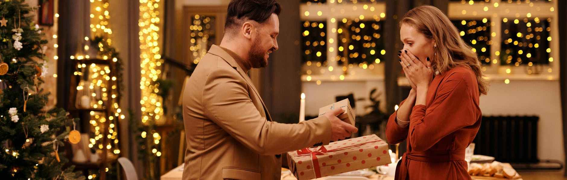 Znate li kako izgleda savršen poklon?, man giving christmas presents to his wife