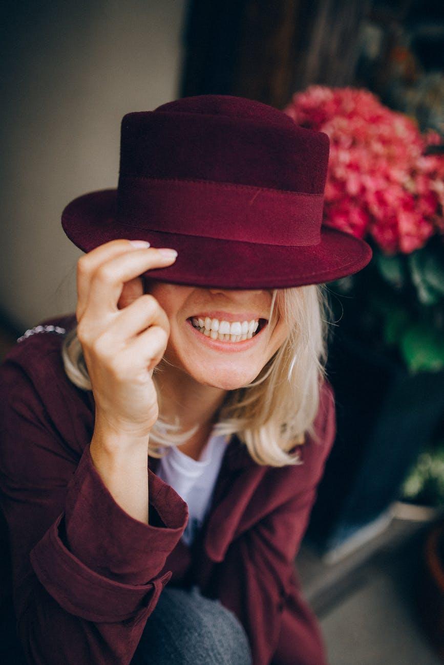 Odustani od ljudi kojima nisi dovoljno dobra!   smiling woman in maroon hat and maroon long sleeve shirt