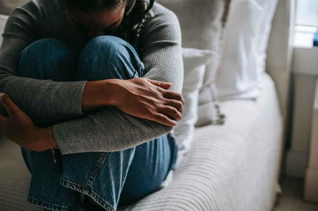 Zašto nikad ne bih  crop pitiful black woman embracing knees on bed
