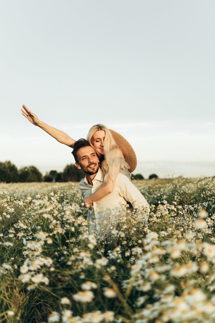 Veze s lažnim osjećajem slobode i bliskosti  smiling woman riding on man s back