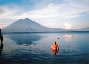 Bany de matinada al Llac Atitlan (Guatemala)