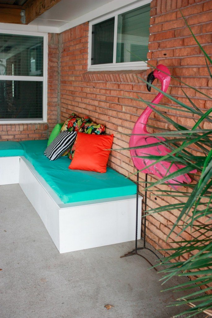 Backyard Update: DIY Outdoor Couch (An inexpensive pallet project!)