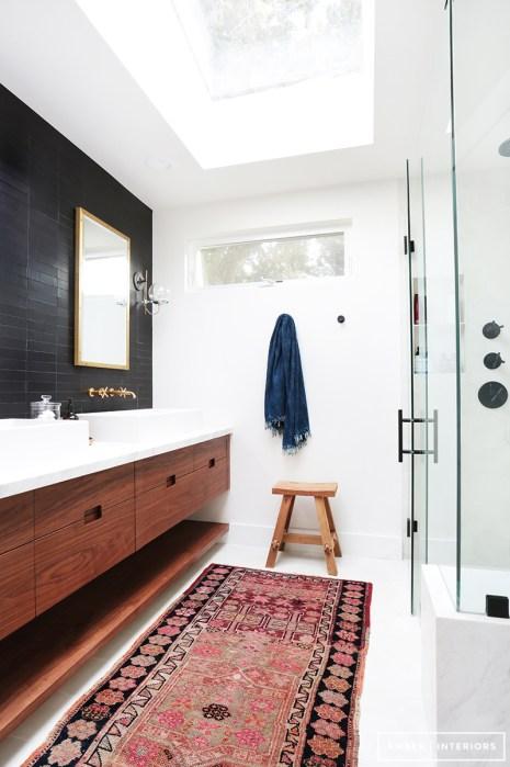 Baño con alfombra pasillera y mampara