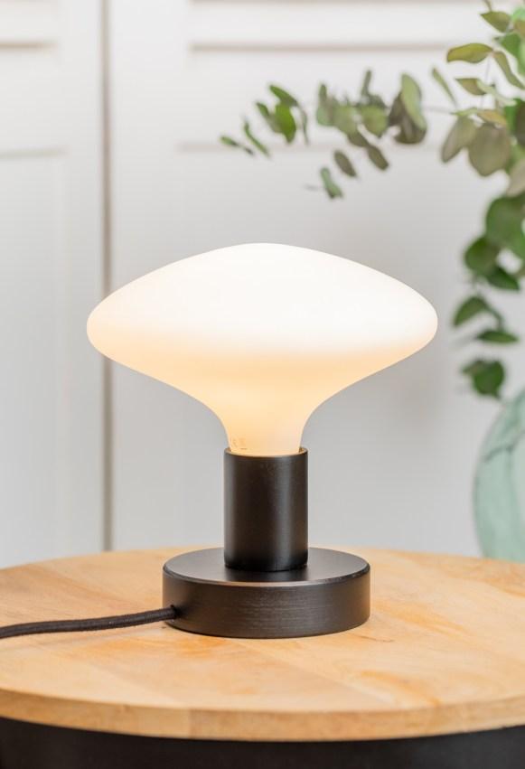 petite lampe de table en bois noir