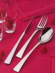 couteau-fourchette-cuillere-a-soupe -sur-nappage-rouge
