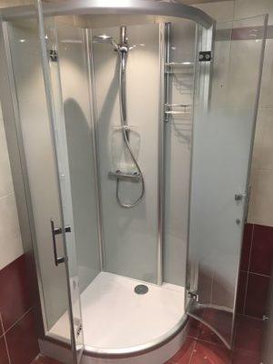 Installation d'une cabine de douche sur Leuze