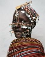 A casa de Nantio, 15 anos, no norte do Quênia, é feita de pele de gado e plástico. A família pertence à tribo Rendille. Enquanto espera ser escolhida pra casar, Nantio será submetida à circuncisão feminina, prática normal dentre os membros da tribo, que visa eliminar pra sempre o prazer sexual das mulheres.