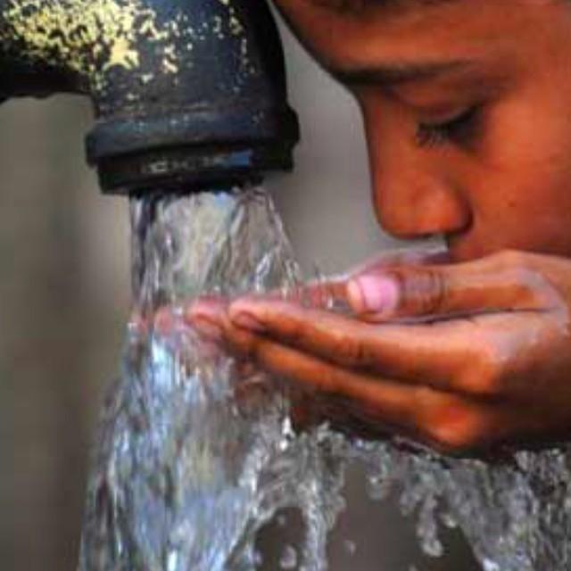 ´Ett skjerf gir 500 liter rent vann gjennom UNICEF