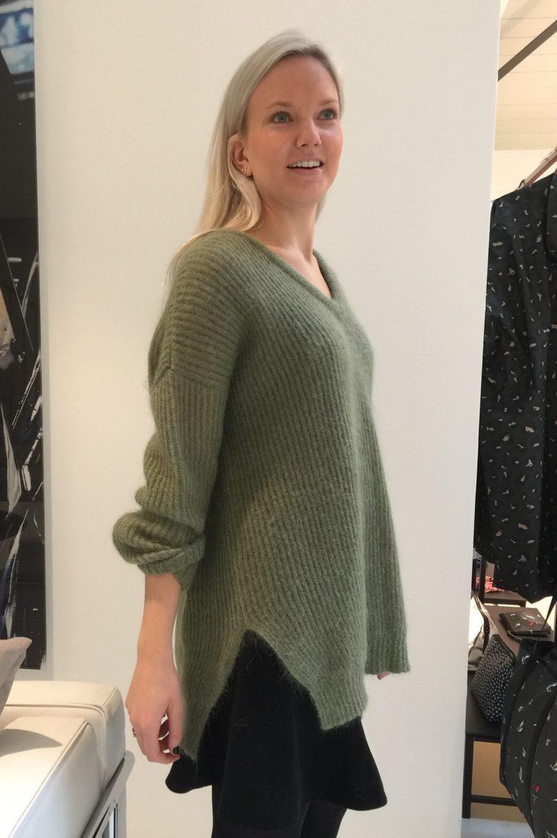 Lys grønn mohair oversized v-genser med splitt Dear Dharma - new nicky