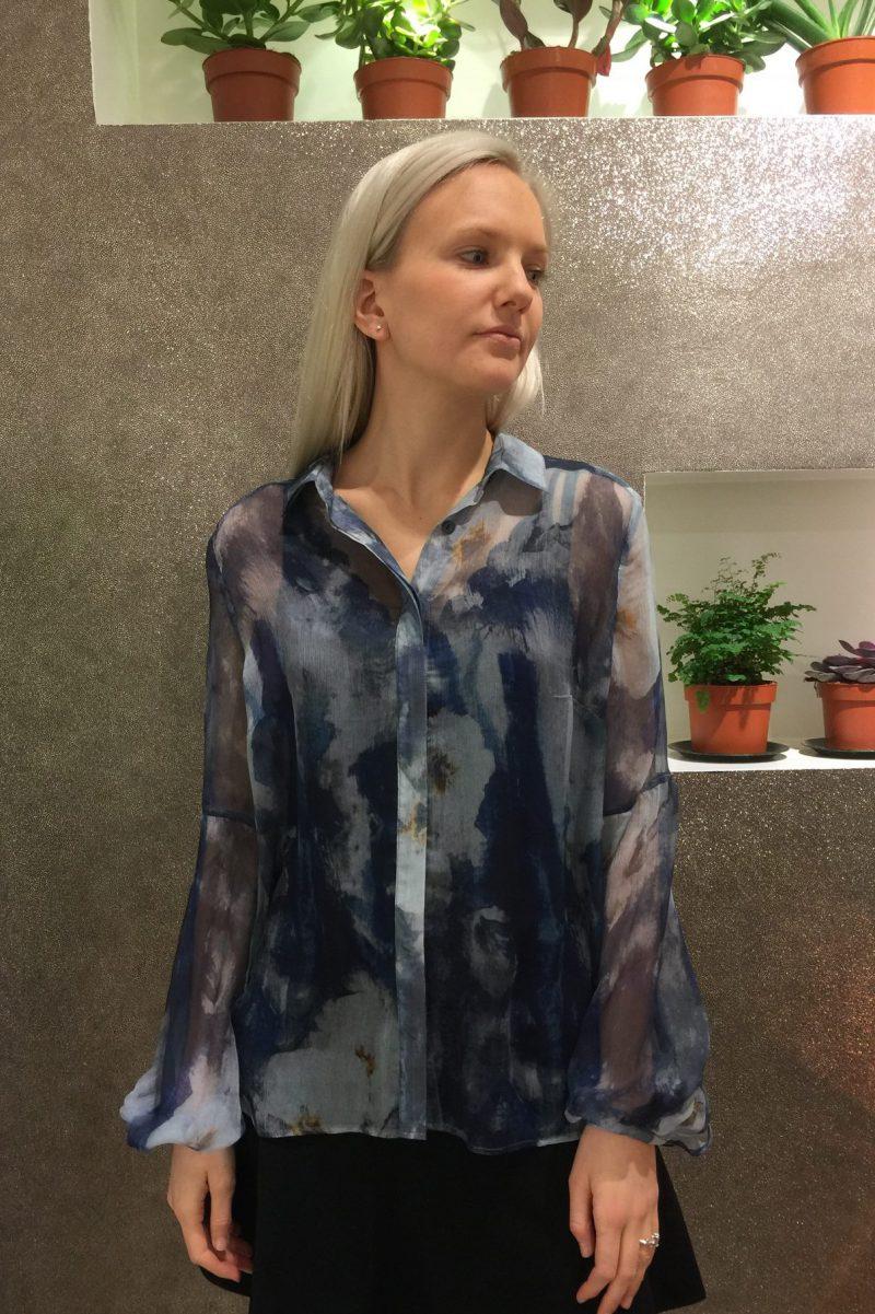 Blåmønstret bluse med vippeerm Katrin Uri - 432 Denim Haze Volume