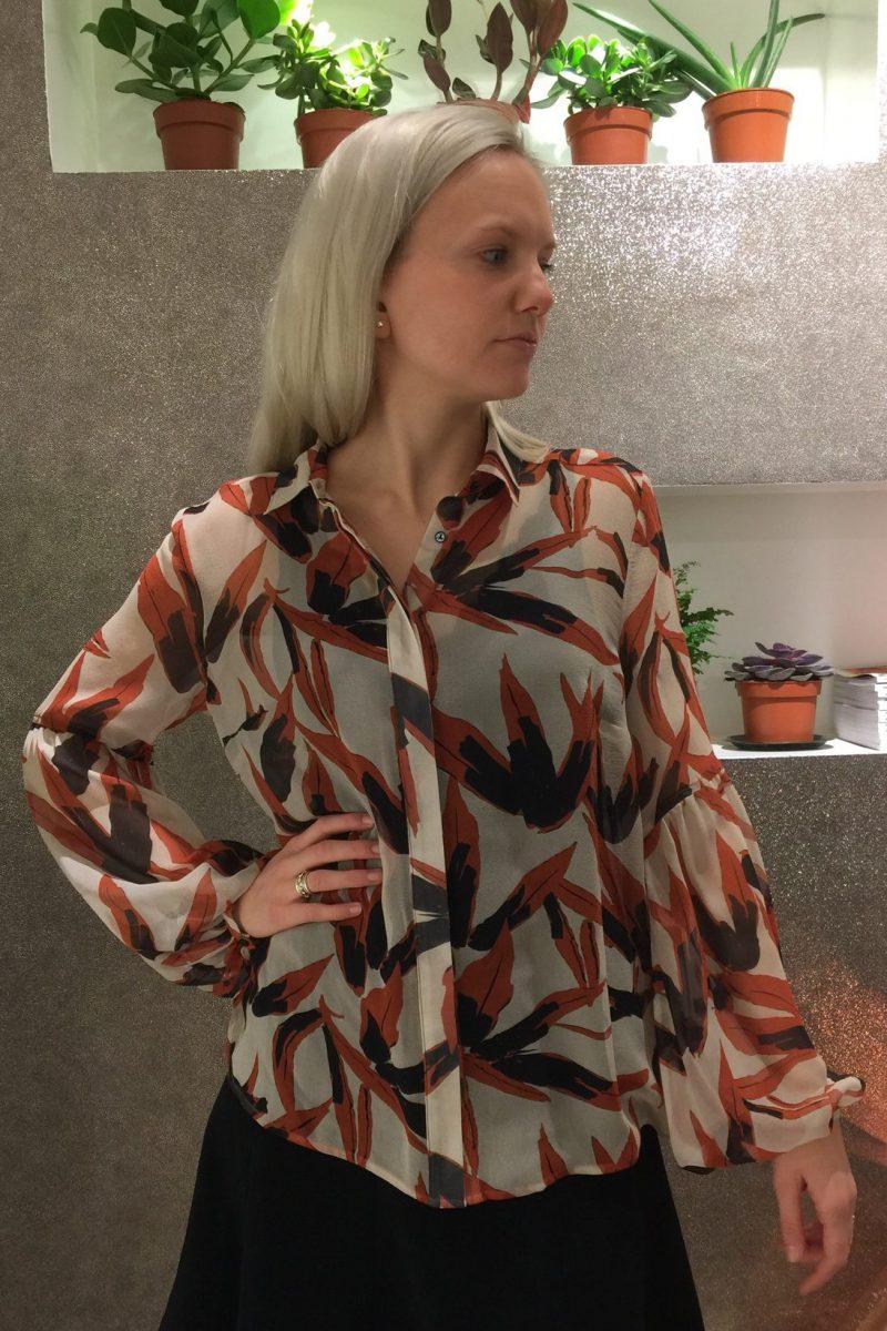 Orangesort bladmønstret bluse med vippeerm Katrin Uri - 410 Autumn Palm volume sleeve