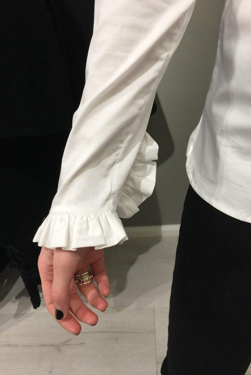 Hvit bomullsbluse med kinahals og volang-mansjetter Mos Mosh - 119190 mattie shirt