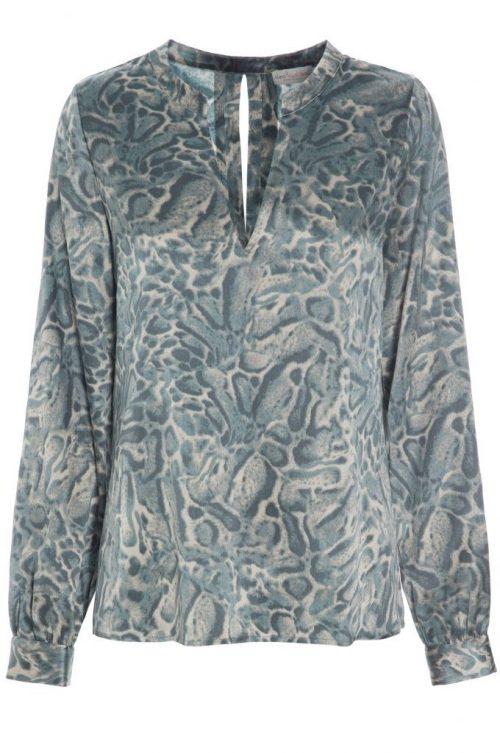 Gønnmønstret bluse med v-hals i stretch silke satin Dea Kudibal - Marie 15-118 leopard 95% silk, 5% elastane
