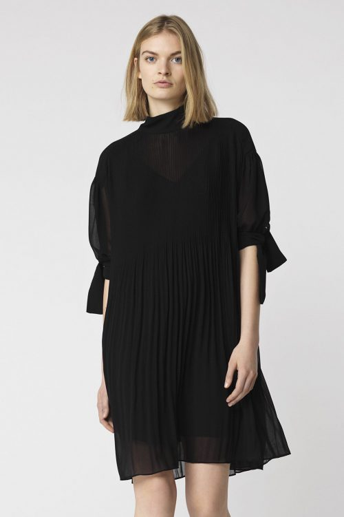 Sort kjole i plisséstoff By Malene Birger - drellala q64894005