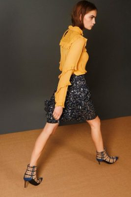 Blå viskose bluse (vist som gul) med rysjer Munthe - passion Blåmønstret skjørt Munthe - perfect