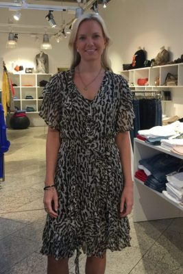 Sandfarget leopard viskose kjole med rysjer Munthe - push