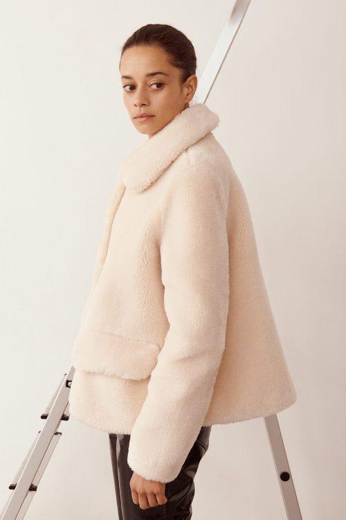 Offwhite fake krøllet saueskinn (ikke fake shearling) kort jakke fra Stand - noemie jacket