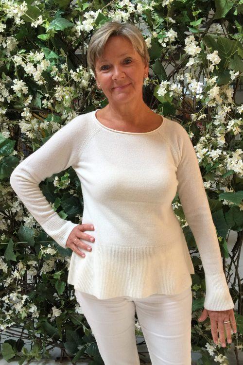 Offwhite cashmere genser med tompetmansjetter Dear Dharma