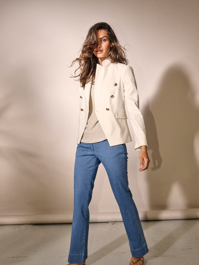 Ecru blazer med gullknapper med lyseblå flare jeans Mos Mosh - 123600 Beliz Twiggy Blazer - 132720 farrah sky jeans