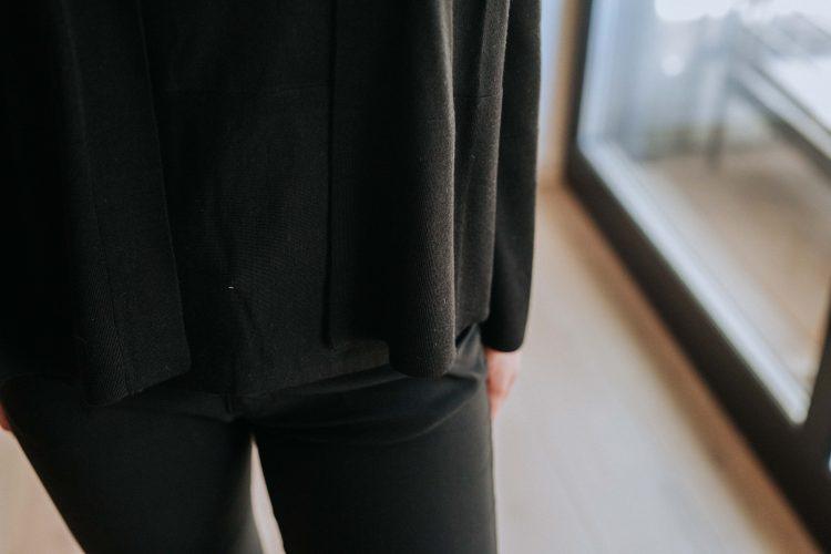 Nydelig sort sett med cardigan med charleskrage i tynn merinoull med tilhørende tynn sleeveless topp i samme tynne merinoull Cathrine Hammel - 107.120 tweenset cardigan / 108.120 tweenset sleeveless top