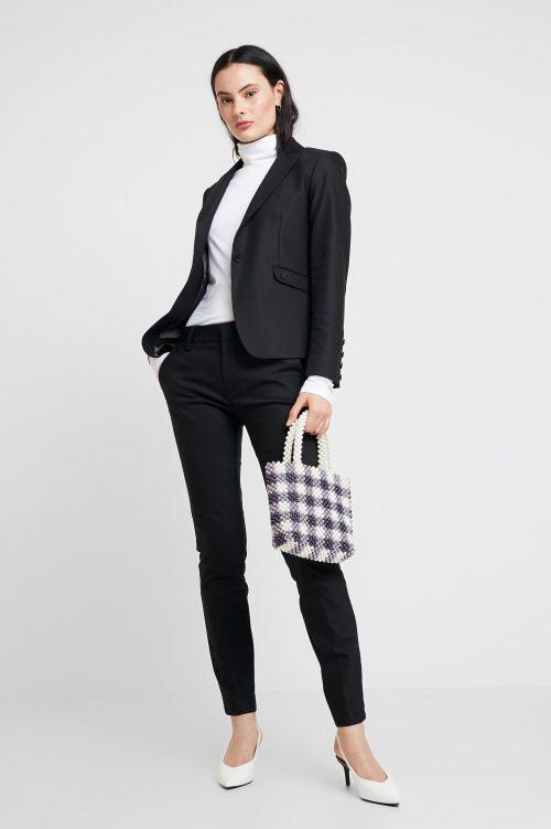 Dressprogrammet i marine eller sort fra Mos Mosh. Til jakken kan du velge mellom en klassisk bukse og en cool modell med stretchfelt nederst. Sitter som et skudd og midt i blinken for en trendy kvinne. Mos Mosh - Blake jacket / Blake trouser / Abbey trouser