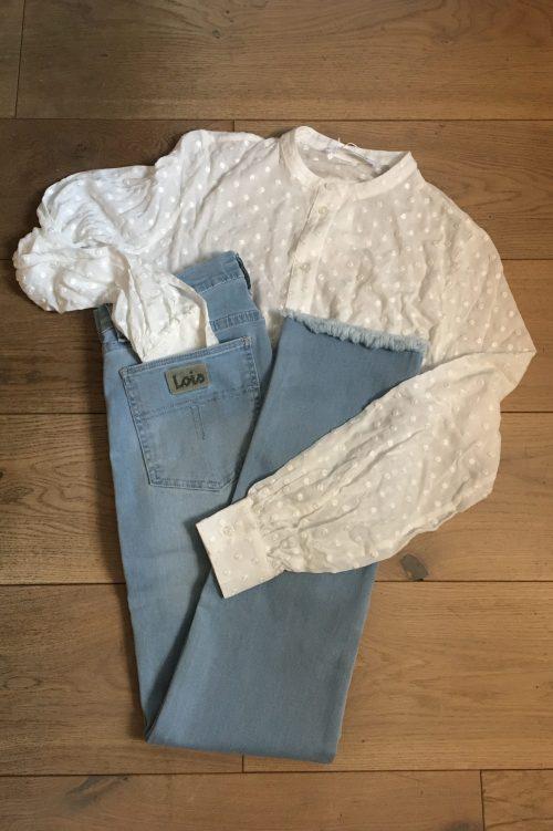 Hvit jacquard mønstret viskose bluse Samsøe - Jossie shirt 12687 Lys lys denim 'Rebeca' jeans med rette ben og frynsekant Lois Jeans – rebeca 2492-6036 leia sunlit L32 cropped