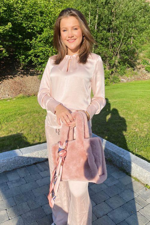 Dus rosa silkebluse med ruffles long sleeve og silke viddbukse Amuse by Veslemøy - 6117 og 6112