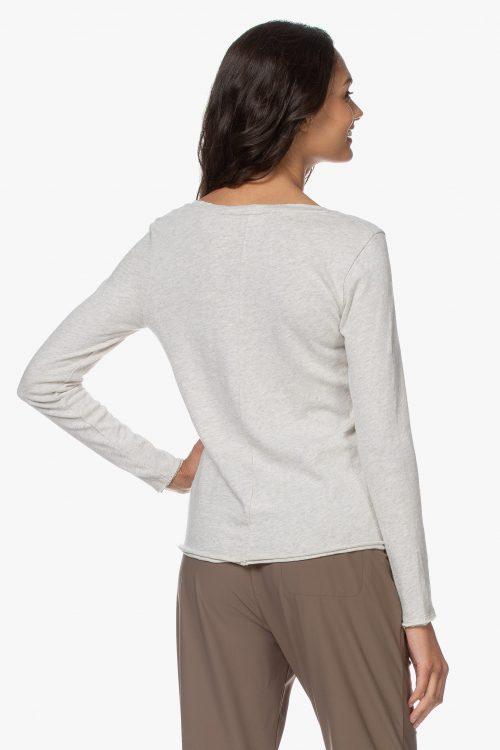 Hvit, navy eller beigemelert bomull long sleeve topp med v-hals og søm bak. American Vintage – son 34