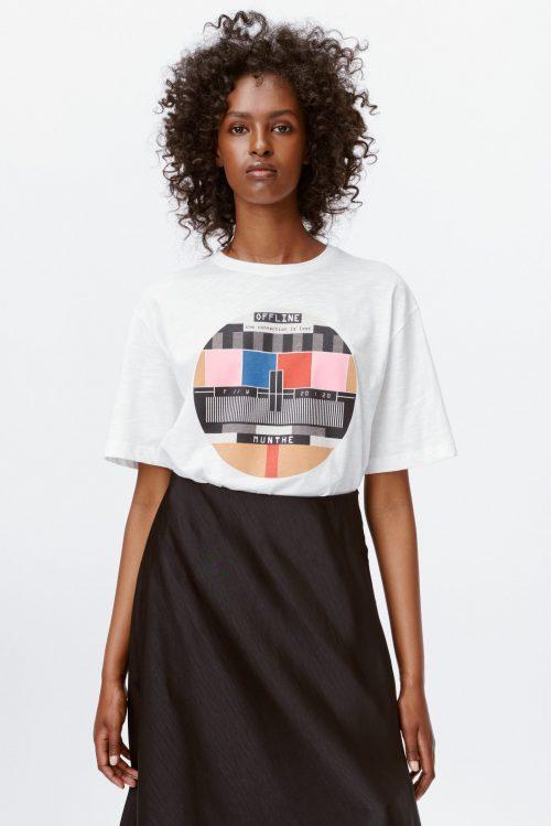 Hvit bomull oversized lang t-shirt med retro pause-motiv Munthe - lavendel 1108