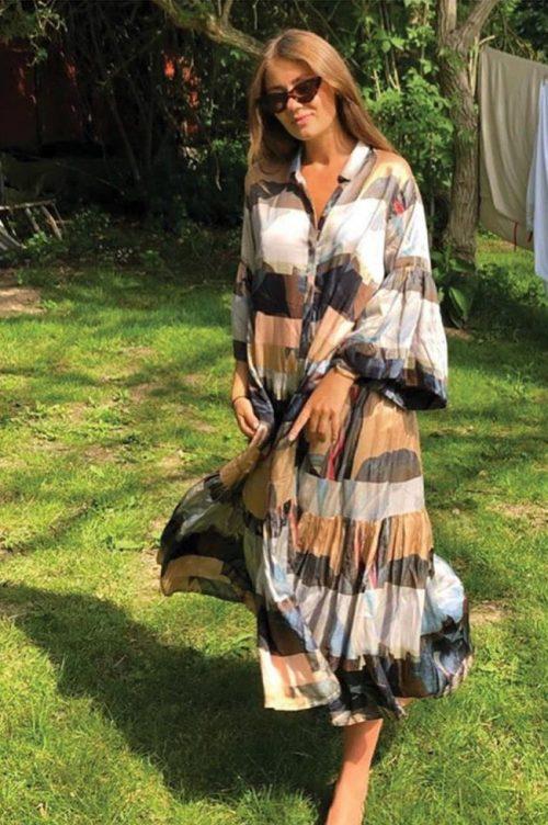 Camelsortblå mønstret silke/viskose oversized skjortekjole Munthe - lately 1322 (kred: @malvinasofie)