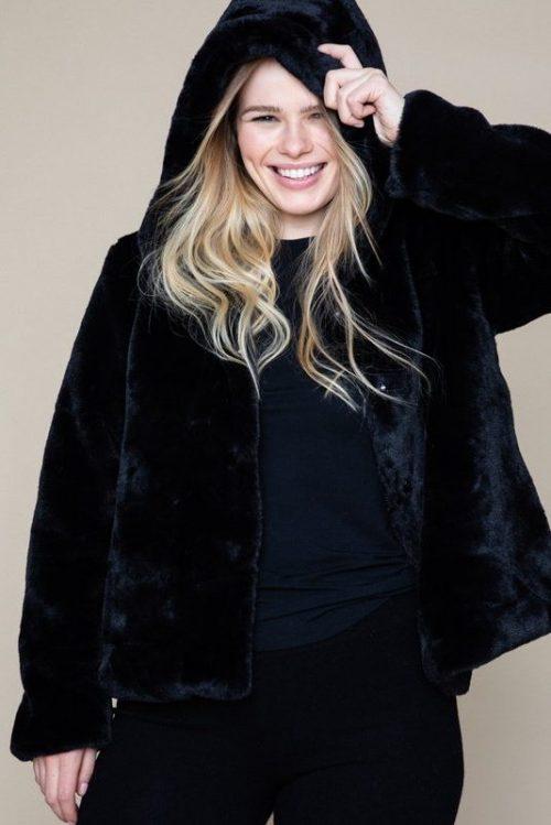 Kanel (ikke sort) 'mink' fuskejakke med hette Ella&Il - charlie fake fur