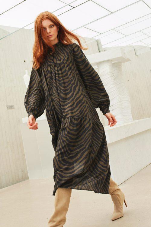 Olivensort stripet ramie bomull viktoriansk maxi kjole Katrin Uri - 652 aura nairobi dress