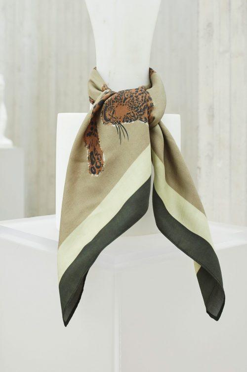 Grønn med leopard silkeskjerf Katrin Uri - 948 hunting leopard silk scarf