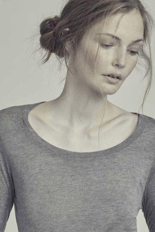 Hvit, offwhite eller sort superbløt modal stretchtopp med dyp rund hals og lange ermer Gai + Lisva - lotus GL10806 100% modal