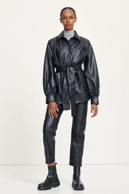 Sort fake skinnjakke med belte og poset erm Samsøe - Vestine jacket 13003 Sort fake cropped skinnbukse med rette ben Samsøe - Vestine trousers 13003