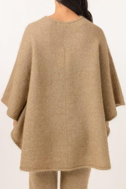Sort, army green eller beige soft mohair poncho Cathrine Hammel - Soft demi curvy poncho 162.121 Her vist i en annen farge