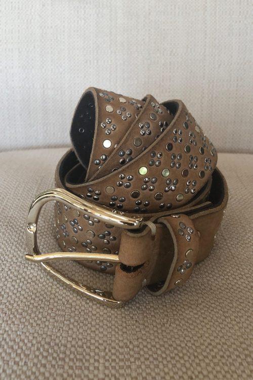 Camelbeige skinnbelte med gullspenne og nagler b.belt - tessa gold