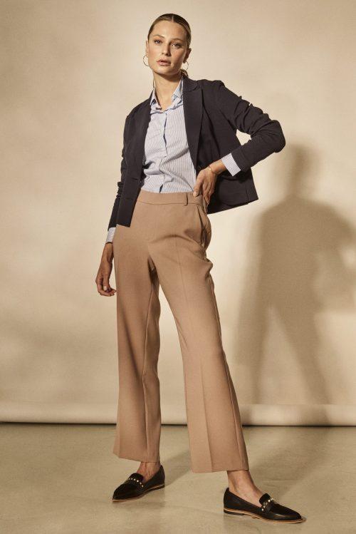 Kort navy pique jakke i blouson-fasong med sand bukse Mos Mosh - 138000 lopez pique blazer / 137930 bai leia pant