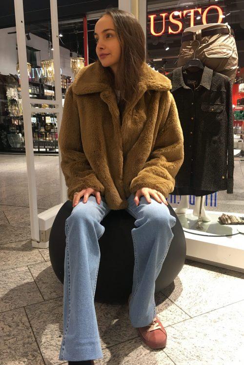 Light khaki eller sort soft faux fur jakke Stand - marcella jacket Lys denim flare jeans med høyt liv og rett fra 70-tallet Lois Jeans - riley heritage harry L32/L34
