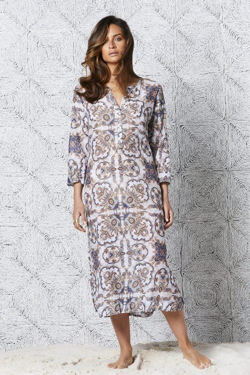 Hvit med brunblå ornamenter lang kjole OneSeason - fez long byron